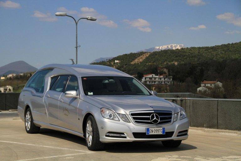 limousine adibito a carro funebre