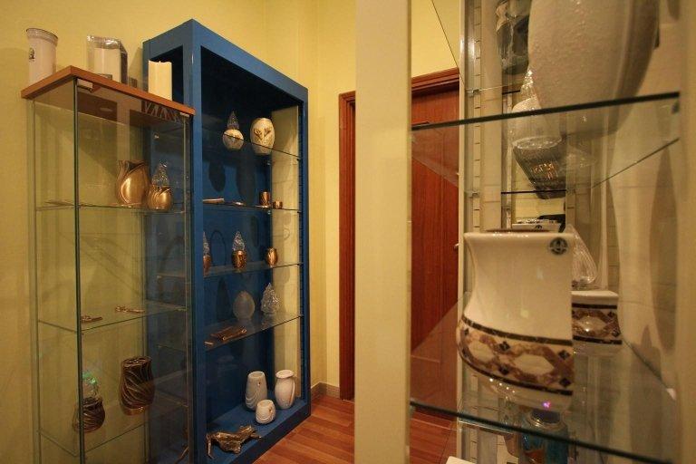 esposizione di urne per cremazioni