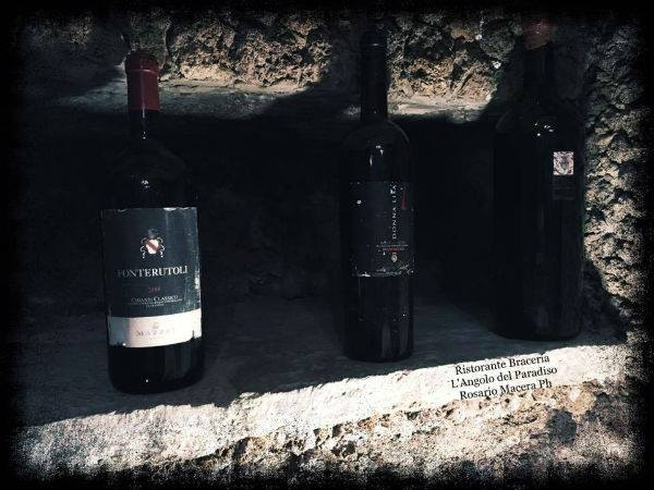 Tre bottiglie di vino rosso