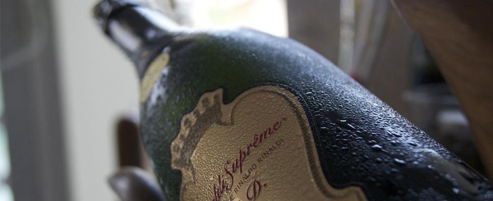 Vista ravvicinata di una bottiglia con scritto Rinaldo Rinaldi