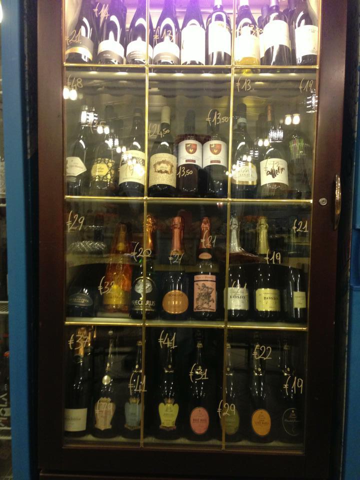 Un mobile con delle bottiglie di vino