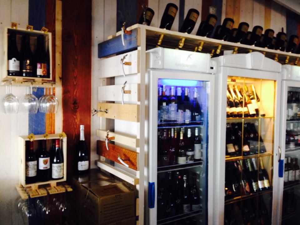 un mobile bianco con delle bottiglie di vino