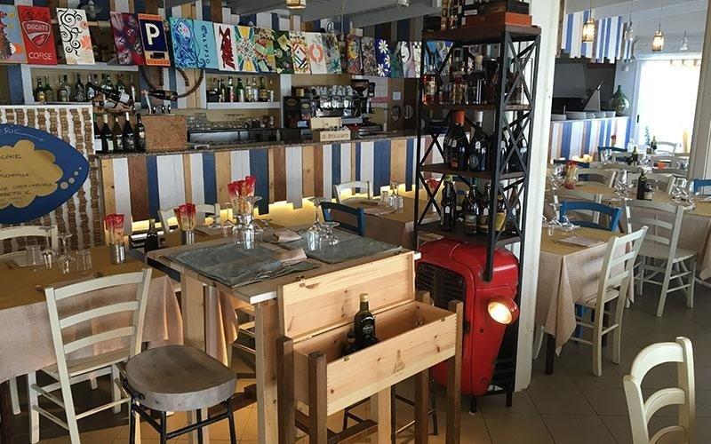Dei tavoli apparecchiati all'interno di un ristorante