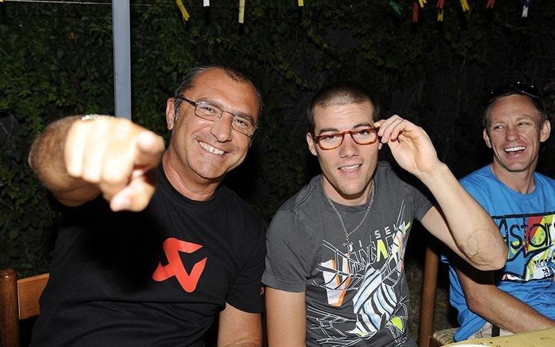 due persone in posa per una foto mentre sorridono