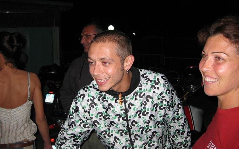 Valentino Rossi mentre sorride e accanto una ragazza