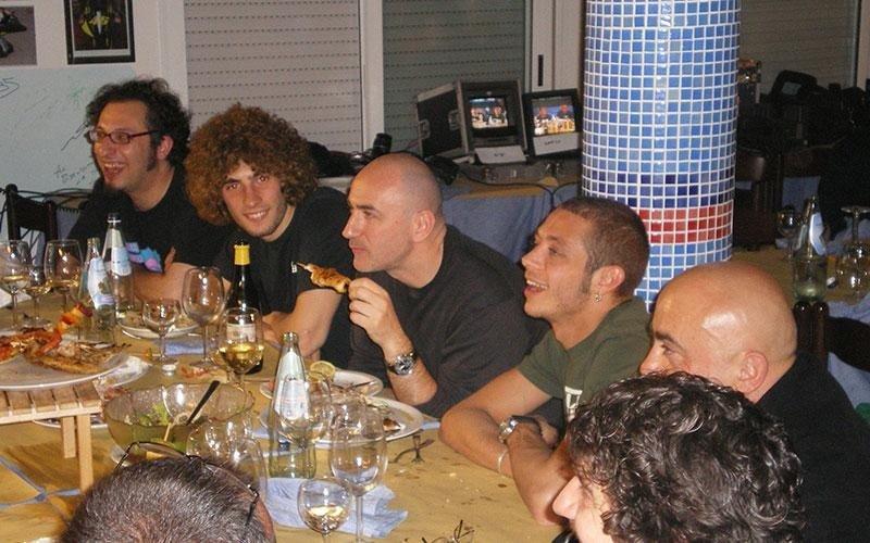una tavolata con Marco Simoncelli,Valentino Rossi, Paolo Cevoli e altri personaggi famosi