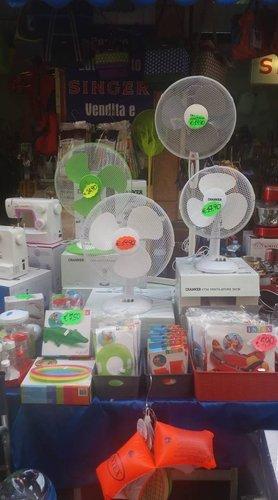 ventilatori e articoli di casa in un negozio