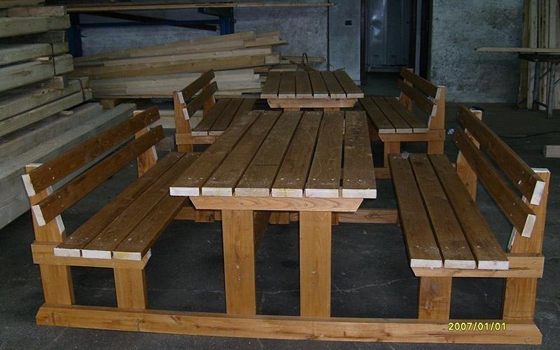 Tavolo con sedie da giardino