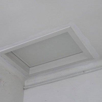 botole in tetto di colore bianco