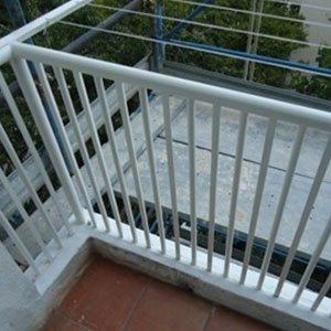 Recinzione di terrazza in ferro bianco