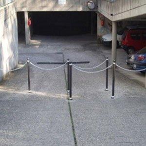 Chiusura di accesso ai garage mediante piuolo di metallo e catene