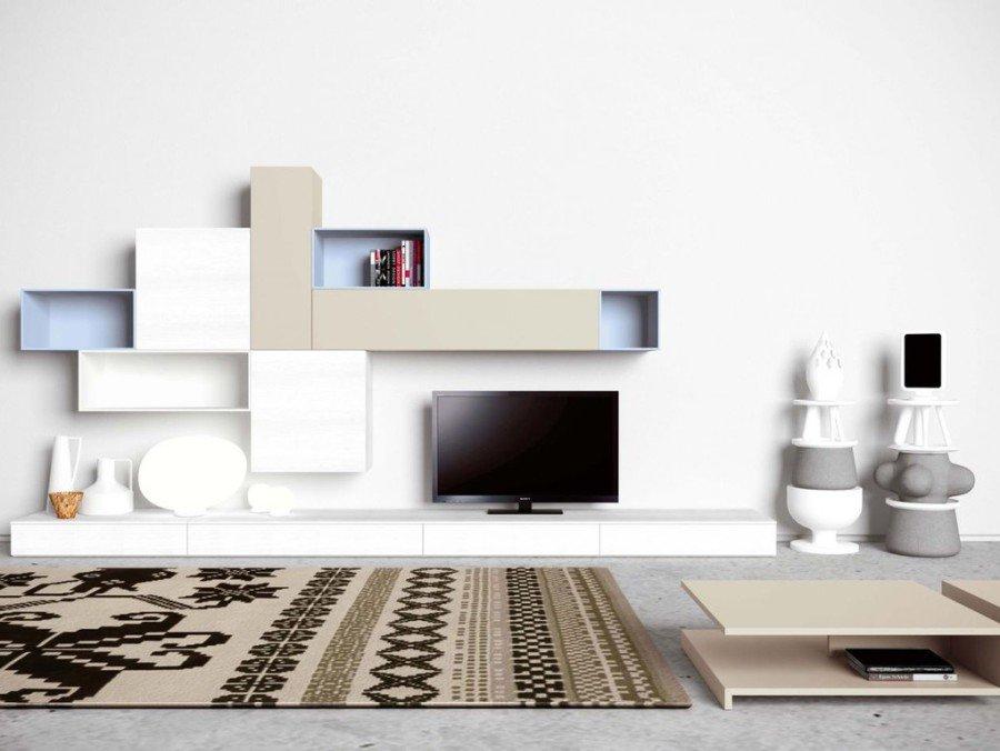 vista di parete con scaffali e televisione in un salotto