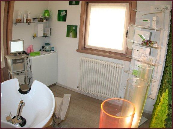 finestra, poltrona e prodotti per vcapelli