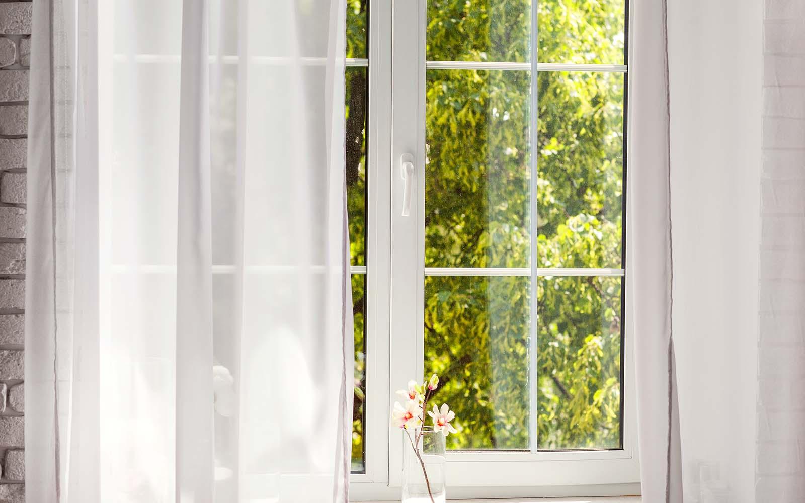 una finestra con pannelli di vetro