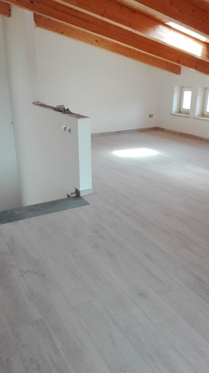vista di una stanza con travi di legno sul tetto