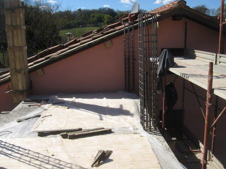 una terrazza con delle attrezzature pert la costruzione