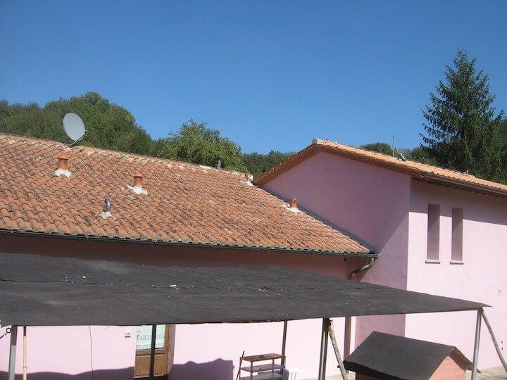 vista esterna di un acasa rosa