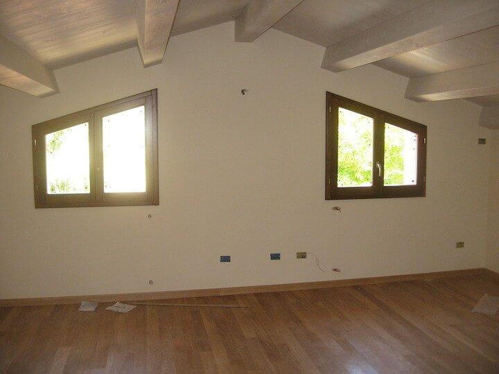 stanza interna con due finestre
