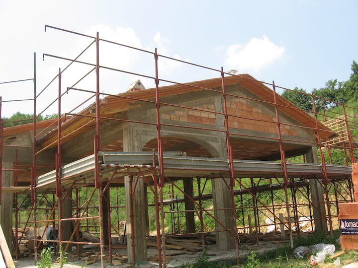 una casa sotto costruzione con ponteggi