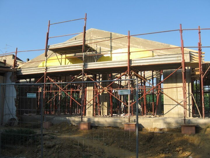 una casa con dei ponteggi per la costruzione