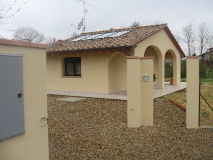 vista esterna di una casa gialla con una colonna davanti