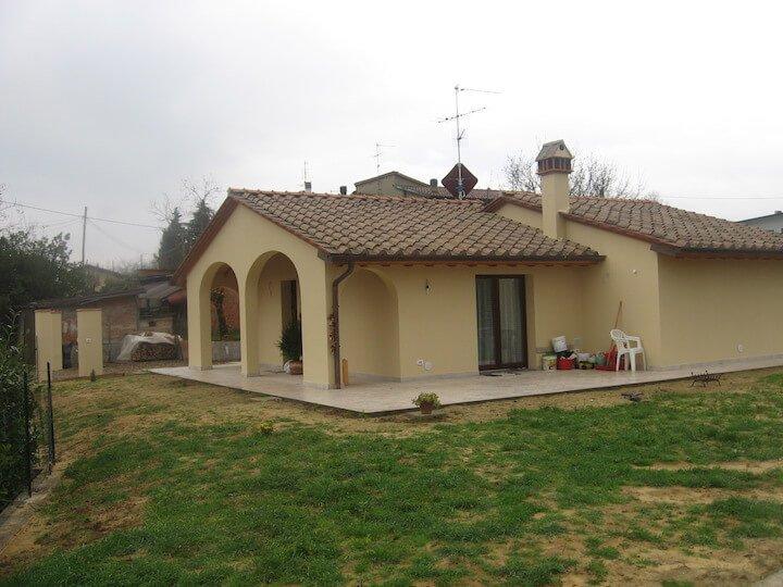 vista della facciata di una casa gialla