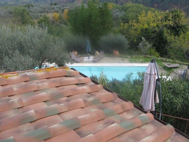 vista di un tetto con uno scorcio di un apiscina
