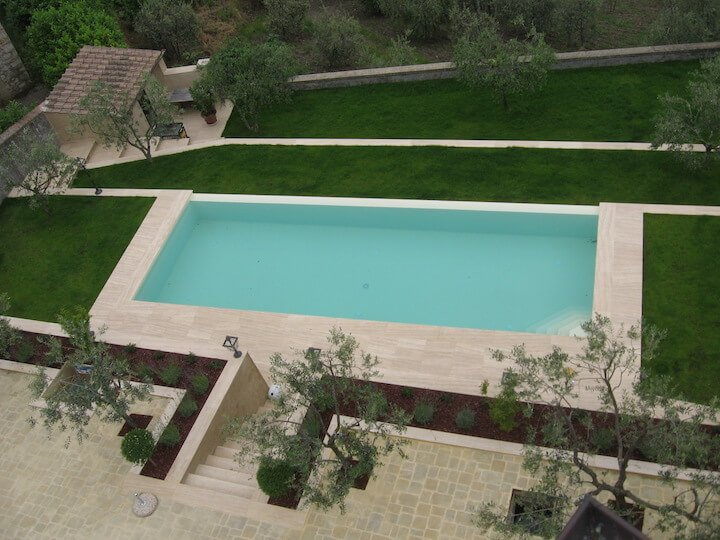 vista di una piscina quadrata