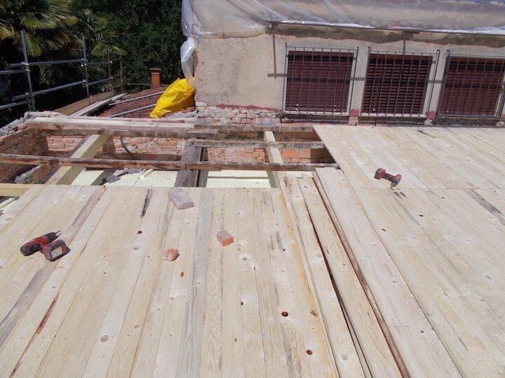 delle travi di legno per protezione del tetto
