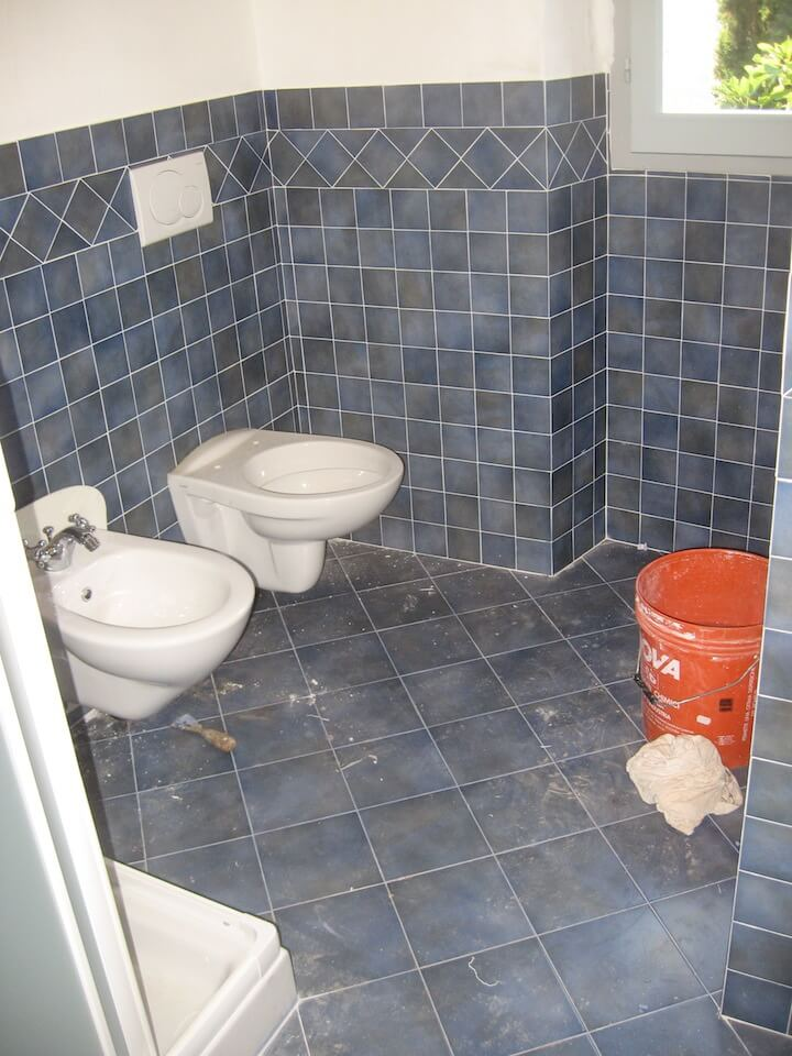 un bagno con i sanitari in vista