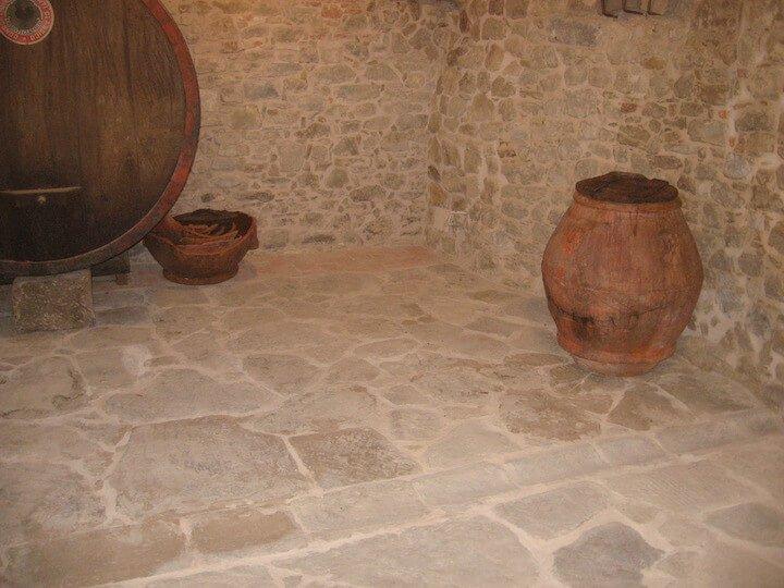 muro in pietra con un vaso