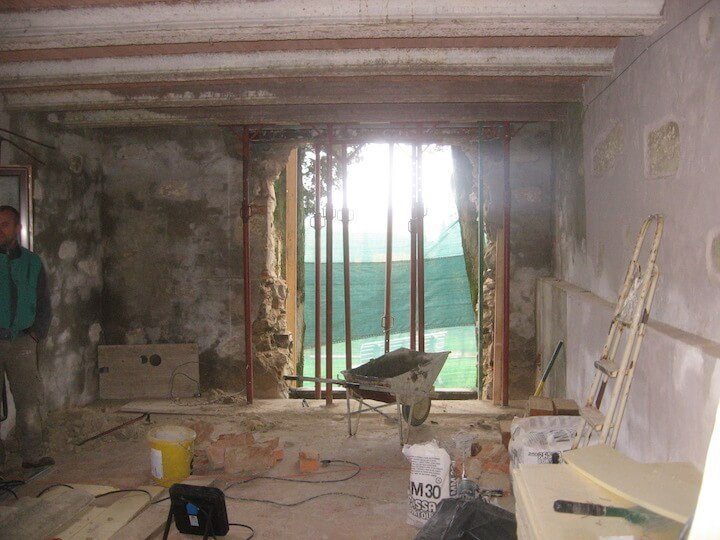 vista interna di una stanza sotto ristrotturazione