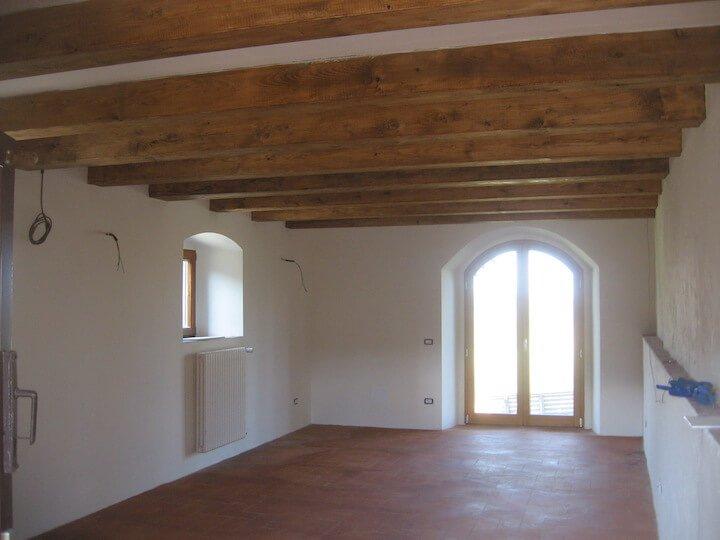 vista di una stanza luminosa con due finestre