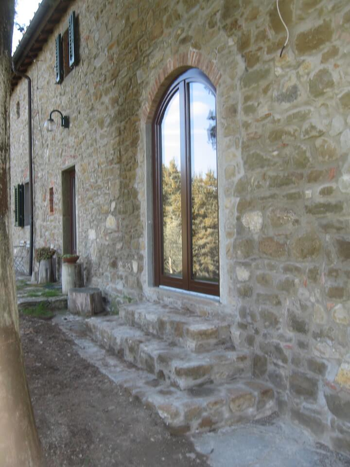 vista della facciata di una casa dall'esterno