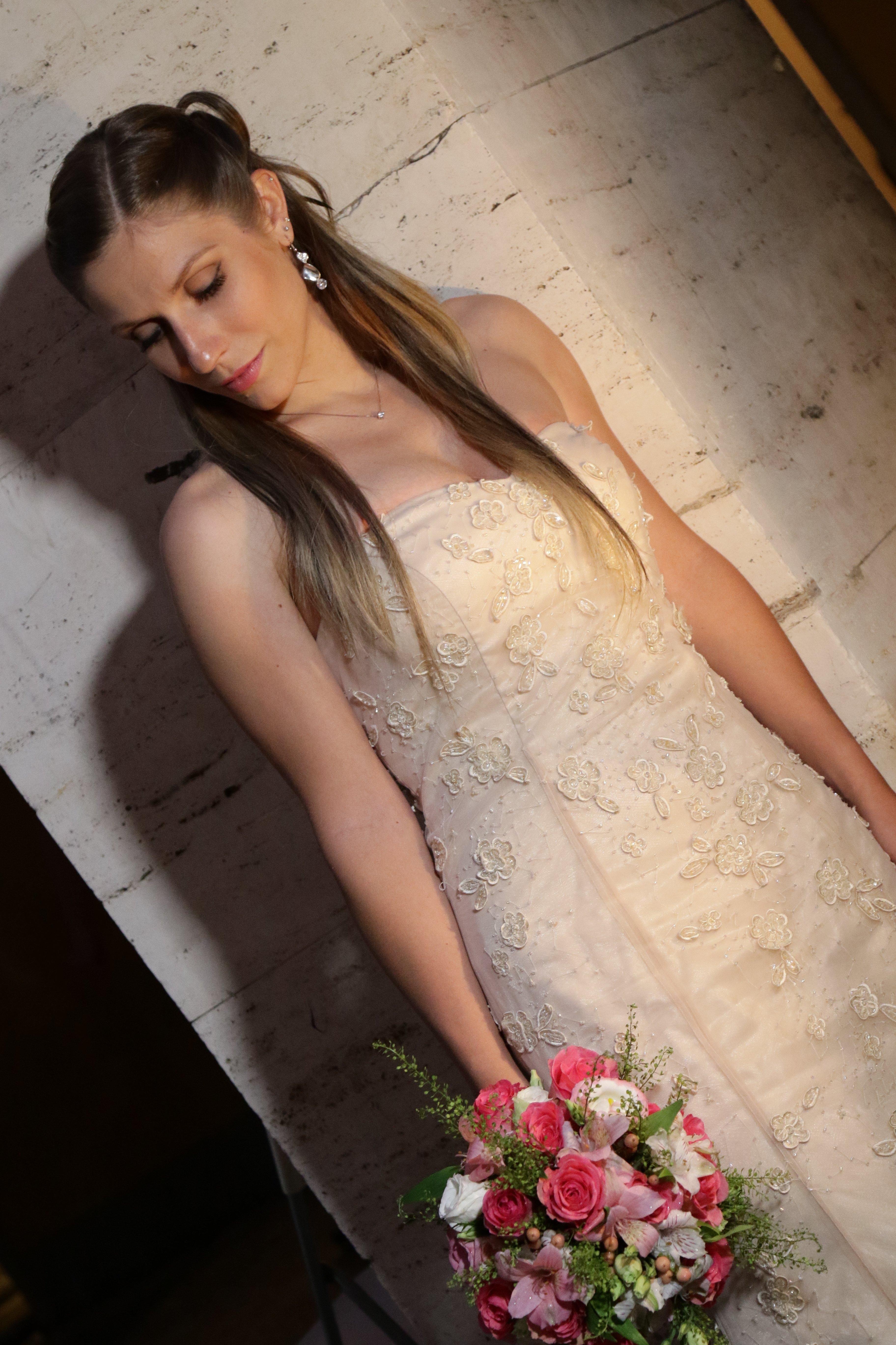 sposa con mazzo di rose in mano