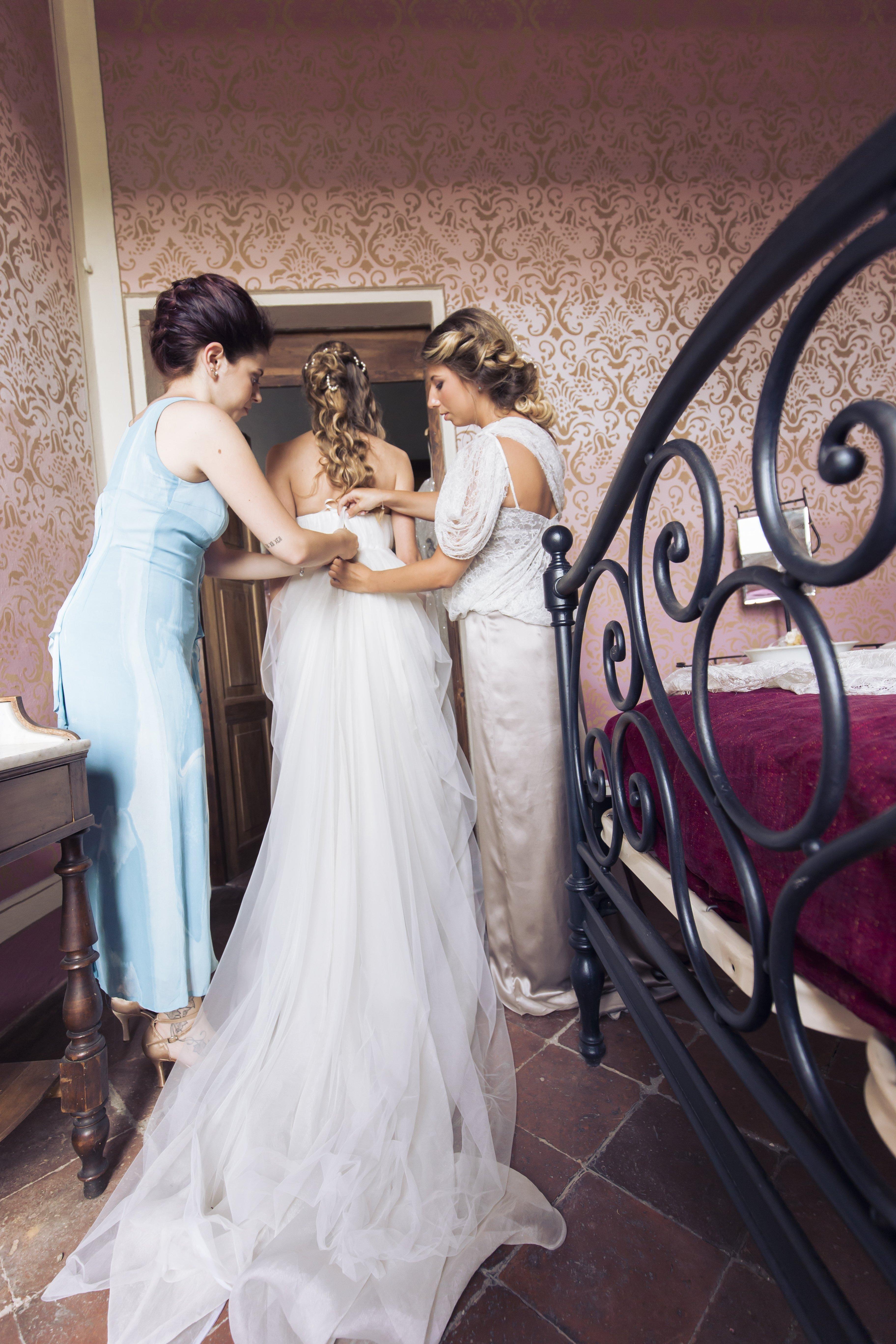 vestizione e preparazione vestito per spose a Imola, BO