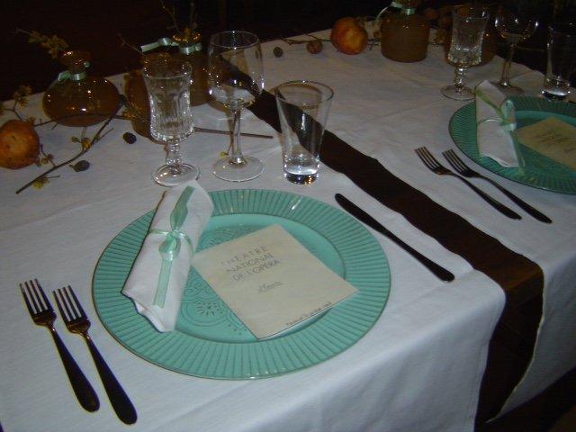 tavola imbandita con piatto e posate