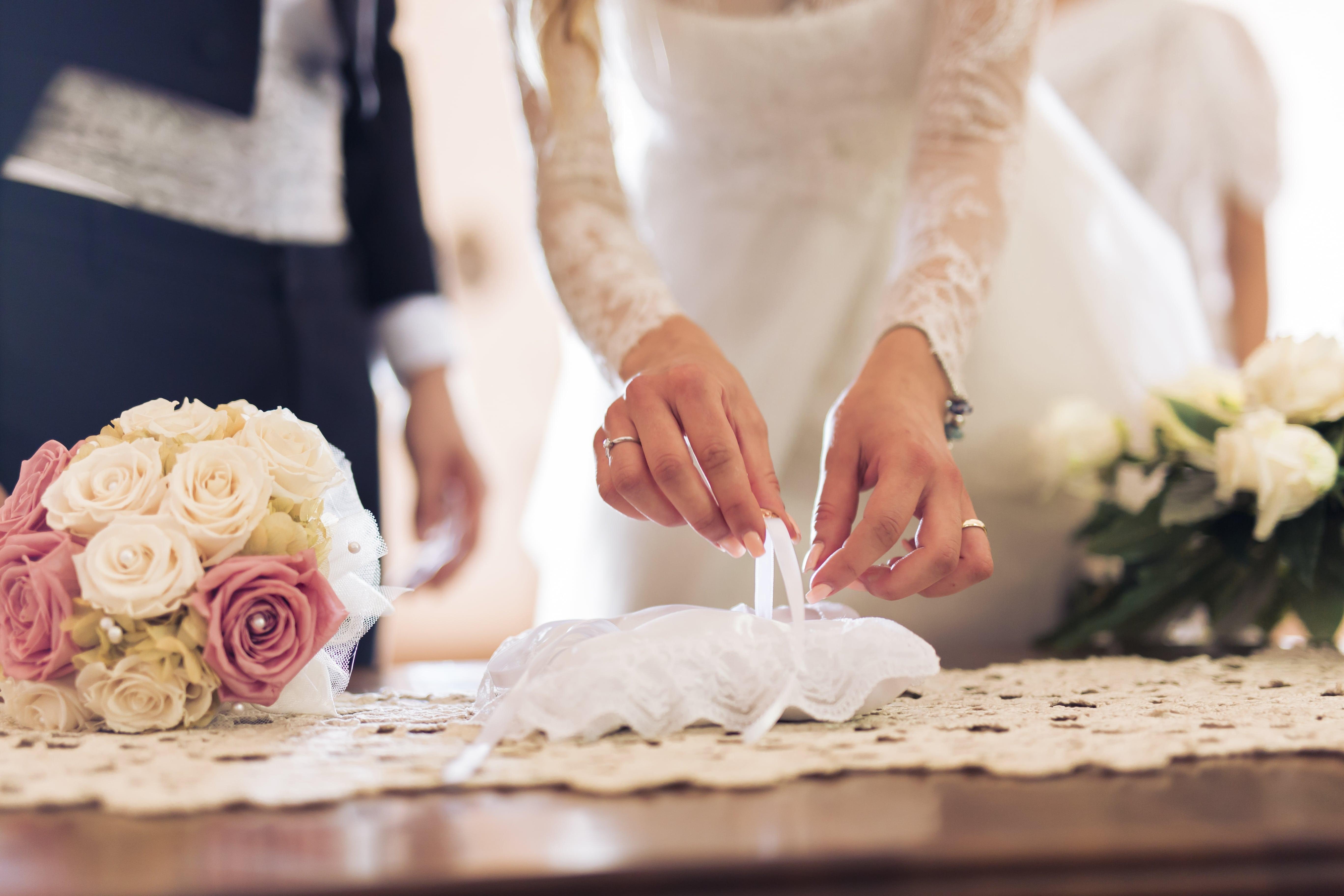 sposa che apre un sacchetto di bomboniere dopo un matrimonio
