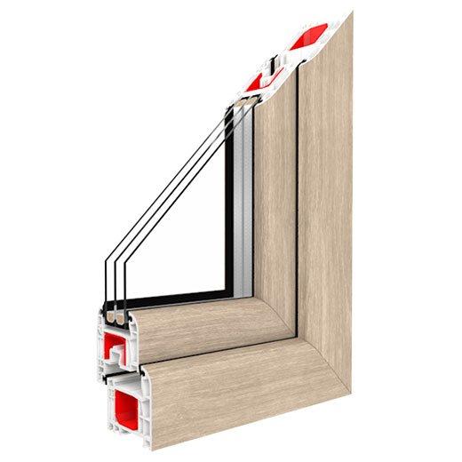 rifinitura in legno chiaro a L di una finestra