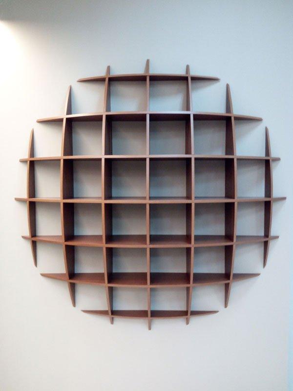 assi in legno disposte orizzontalmente e verticalmente a formare un nido d'ape