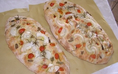 Focaccia con cipolla e pomodori freschi