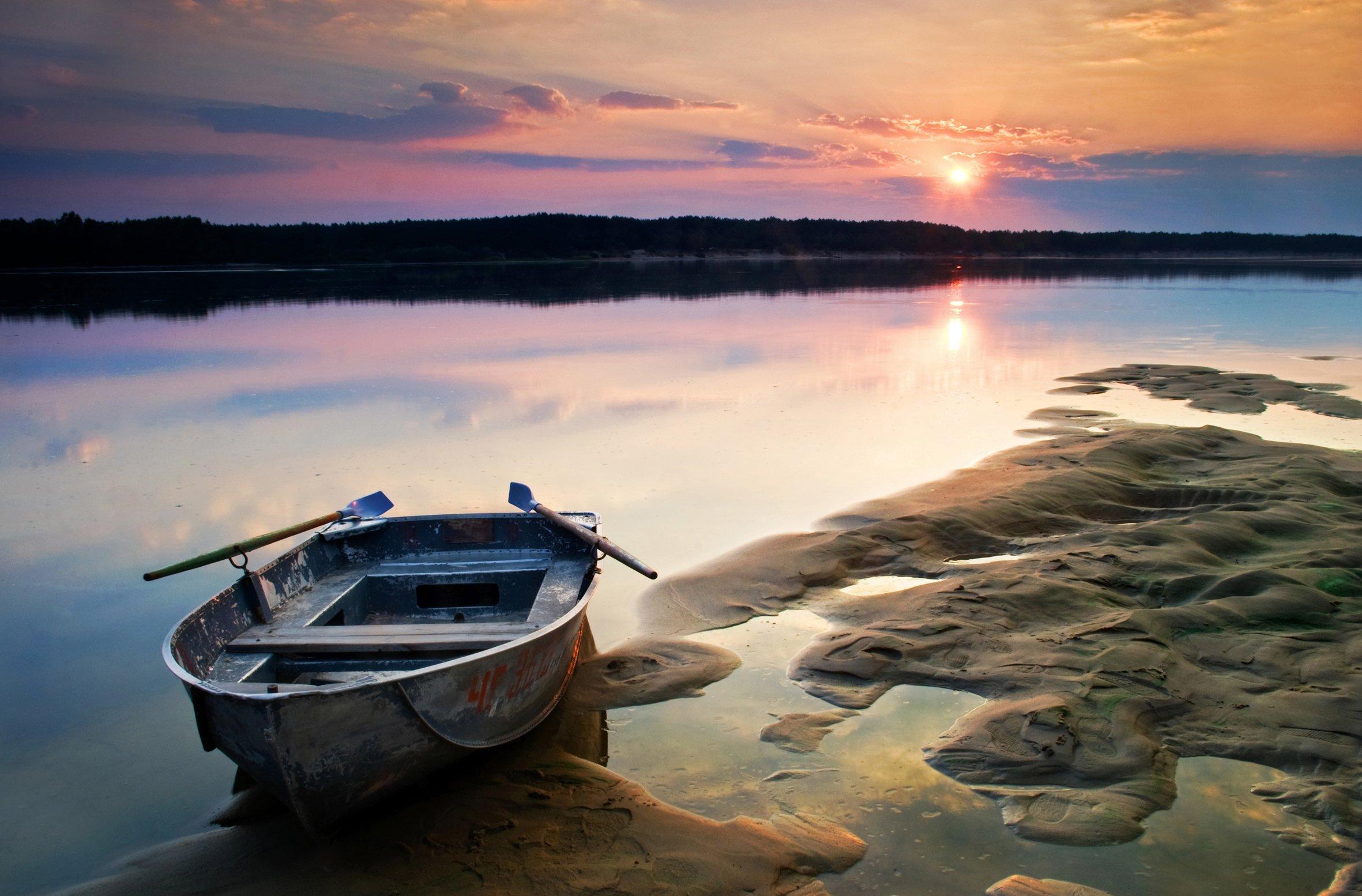 barca con due remi in riva al mare
