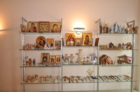 un mobile con souvenirs religiosi
