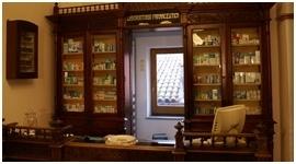 bancone di una farmacia con assortimento prodotti