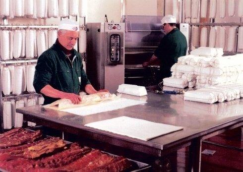 macellai che preparano dell porzioni
