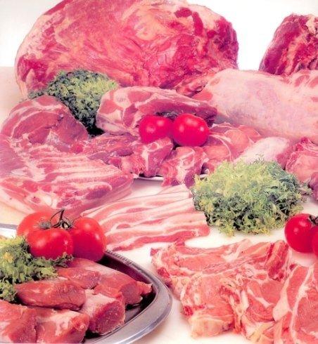 della carne su un bancone