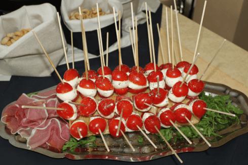 Antipasto con pomodori, formaggio e affettati