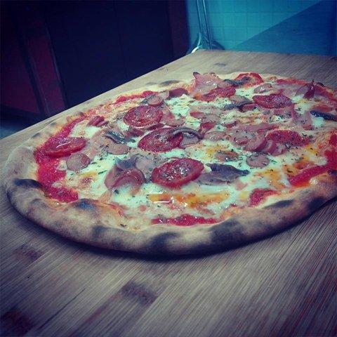 una pizza farcita con salame