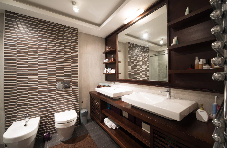 vista laterale di una bagno con lavabi