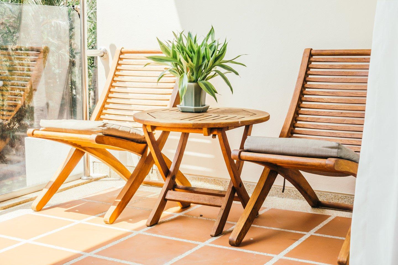 tavolino e sedie in legno da esterni